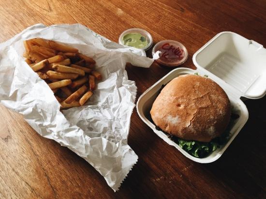 Menz Burger Köln Hamburger Fries Pommes Guacamole Review Kritik Beurteilung Gedanken Foodora Lieferservice Premium delivery app take out beef Köln Essen in Köln